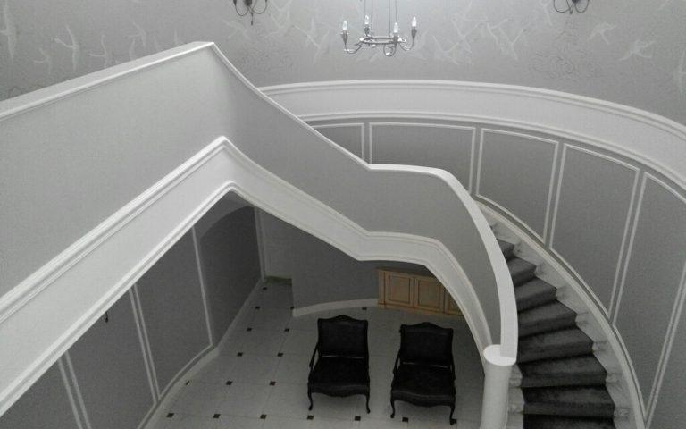 лестница в доме из акрилового камня ДНД Групп